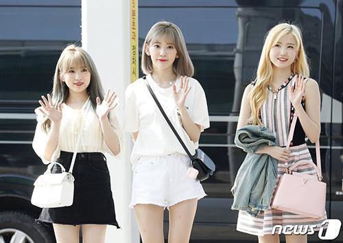 Các thành viên người Nhật gồm Nako - Sakura - Hitomi (từ trái sáng) đều hợp với tóc màu sáng.