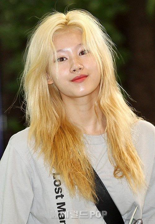 Sana gây sốc vì mái tóc xơ xác khi xuất hiện ở sân bay. Tóc của các thần tượng thường rất yếu do phải nhuộm nhiều.