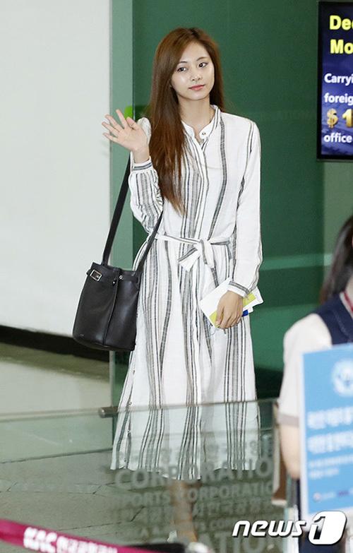 Twice sang Nhật thực hiện lịch trình. Em út Tzuyu luôn chọn cách make up nhạt, trang phục tiện dụng khi ra sân bay.