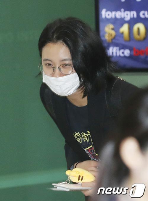 Chae Young có tâm trạng thoải mái, cúi chào người hâm mộ ở sân bay.