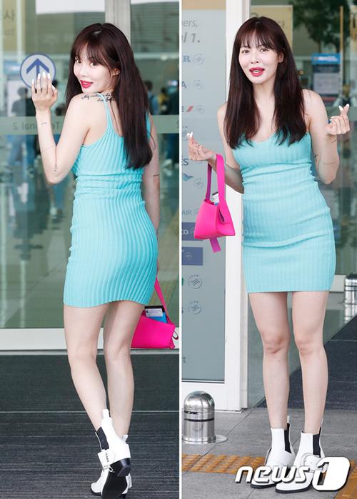 Sáng 5/7, Hyuna khoe hình thể nóng bỏng ở sân bay. Mọi sự chú ý tập trung vào đôi môi khác lạ, sưng vùcủa nữ ca sĩ. Nhiều netizen nghi ngờ Hyuna bơm môi.