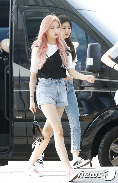 Cô nàng tóc hồng Kim Min Joo khoe đôi chân dài.