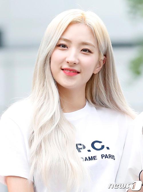 Eun Seo thường xuyên nhuộm màu tóc nổi bật.