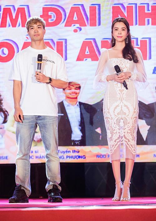 Huỳnh Vy hội ngộCông Phượngở sự kiện. Chân sút sinh năm 1995 tranh thủ đến giao lưu với sinh viên trước khi sang Bỉ thi đấu.