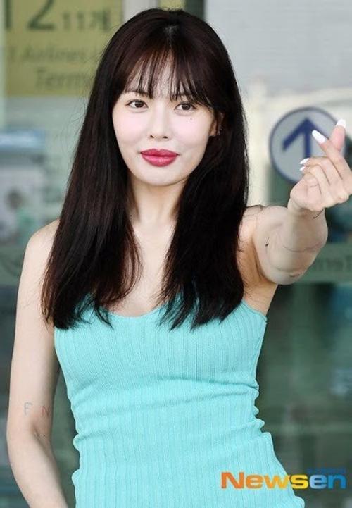 Hyuna gây xôn xao trong lần ra sân bay mới đây với diện mạo khác lạ. Đôi môi của nữ idol bất ngờ sưng phồng, không cân đối với gương mặt. Nhiều khán giả nghi ngờ cô đã can thiệp biện pháp tiêm filler để giúp đôi môi trông đầy đặn hơn.