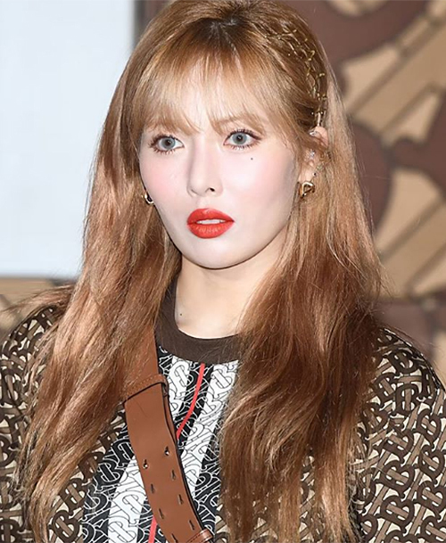 Nữ idol vì thế mà cũng gắn bó với những màu son đậm như đỏ, cam, hồng với độ lì cao, tăng cảm giác đầy đặn.
