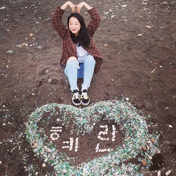 Hye Rin (EXID) xếp tên mình trong hình trái tim bằng đá màu.