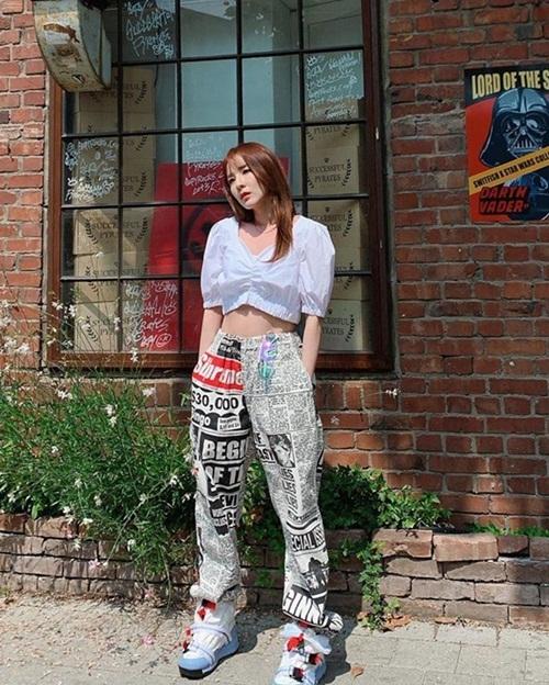 Dara có street style chất lừ khoe eo thon.