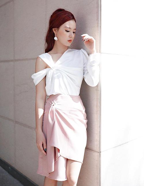 Midu trung thành với phong cách nữ tính cùng áo trắng, váy hồng pastel.