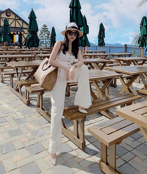 Diện đồ suông trắng cả cây két hợp giày cao gót, Diệp Lâm Anh khiến ít người nhận ra cô đang mang bầu tháng thứ sáu.