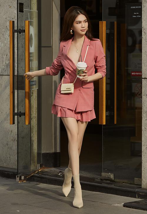 Ngọc Trinh mặc cây suit hồng, nói không với nội y để khoe vòng một.