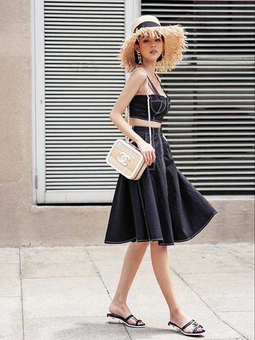 Phí Phương Anh chứng minh là yêu nữ Chanel với cả cây đồ đến từ nhà mốt nước Pháp.