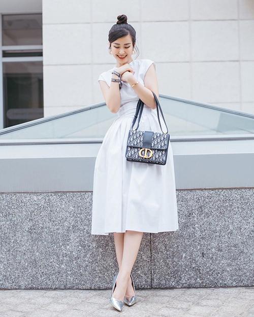 Đông Nhi nhận được nhiều lời khen ngợi với bộ đầm trắng đậm chất cổ điển.