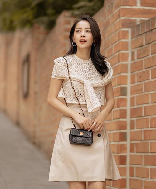 Trang phục màu nude mang đến cho Chi Pu diện mạo nhẹ nhàng, thanh lịch trên đường phố Hàn Quốc.