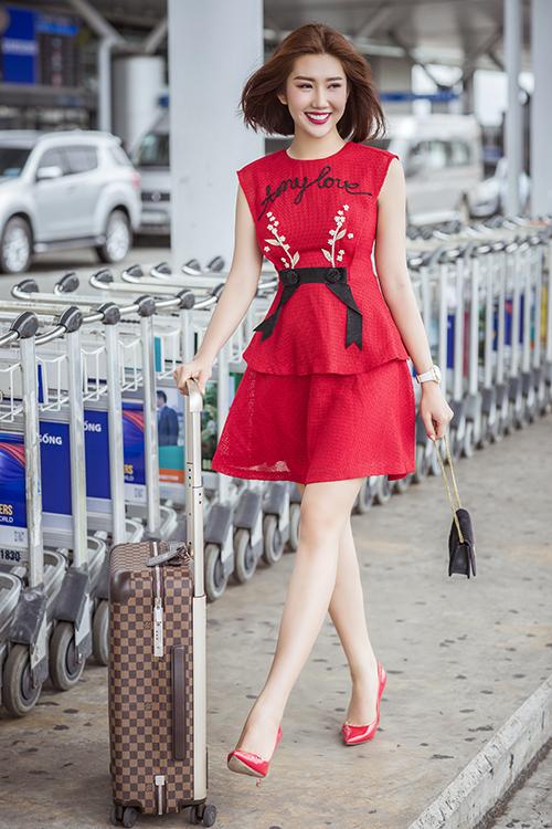 Sáng sớm 5/7, diễn viên Thuý Ngân ra sân bay đi Hà Nội tham dự show thời trang của nhà thiết kế Nguyễn Quảng. Người đẹp diện váy ren thanh lịch, phối giày cao gót ton-sur-ton.