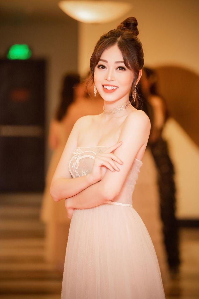 <p> Á hậu Phương Nga chọn váy cúp ngực, khoe vòng một gợi cảm.</p>