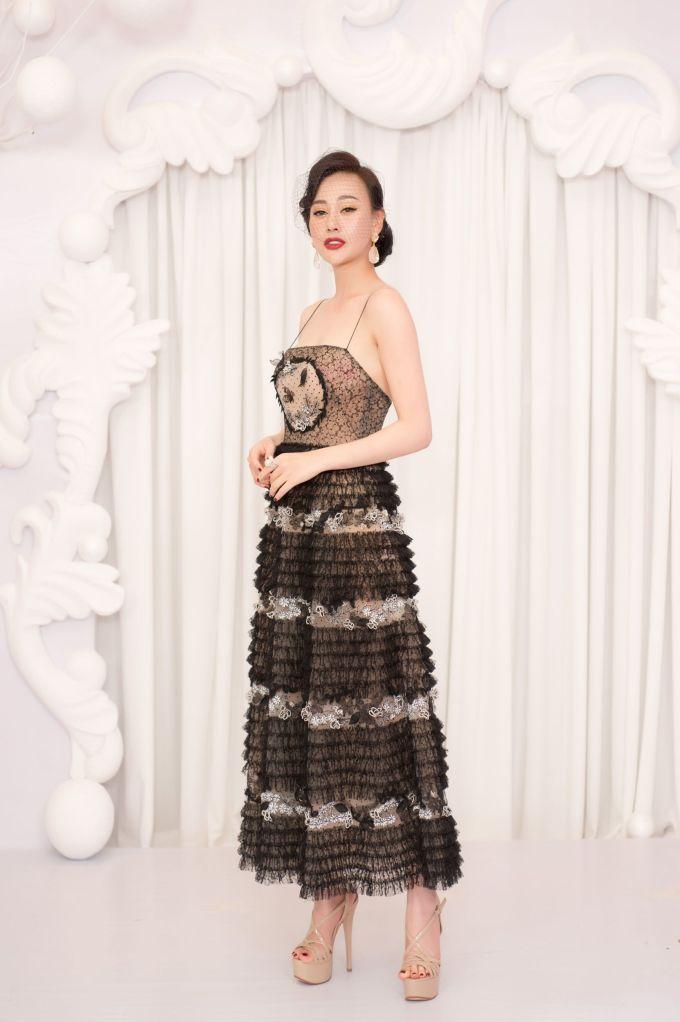 <p> Diễn viên Phương Oanh diện váy hai dây khoe ngực đầy trên thảm đỏ. Người đẹp trang điểm, làm tóc kiểu cổ điển.</p>