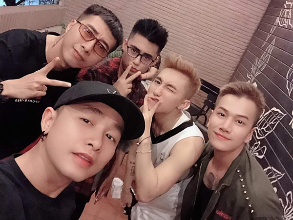 Only C (ngoài cùng bên trái) đăng hình chụp cùng Sơn Tùng và bạn bè.