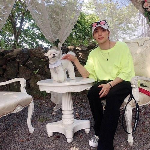 Lee Teuk (Super Junior) dành thời gian rảnh với chú cún cưng.