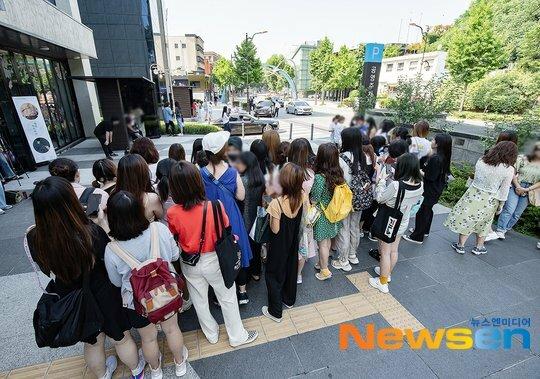 Fan chờ T.O.P trước Ủy ban quận Yongsan.