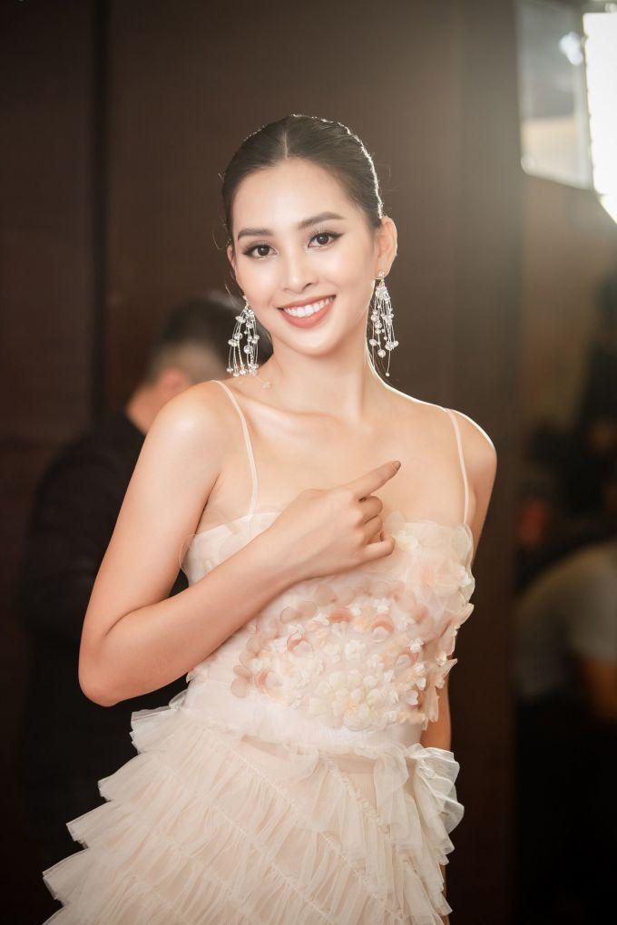 <p> Hoa hậu Tiểu Vy diện váy xuyên thấu nữ tính. Thiết kế xếp ly bồng bềnh giúp người đẹp 19 tuổi khoe vẻ ngọt ngào, cuốn hút.</p>