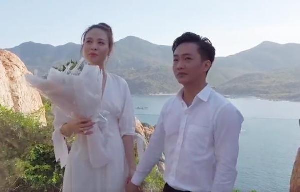 Cường Đô La -Đàm Thu Trang trong khoảnh khắc cầu hôn ở biển.