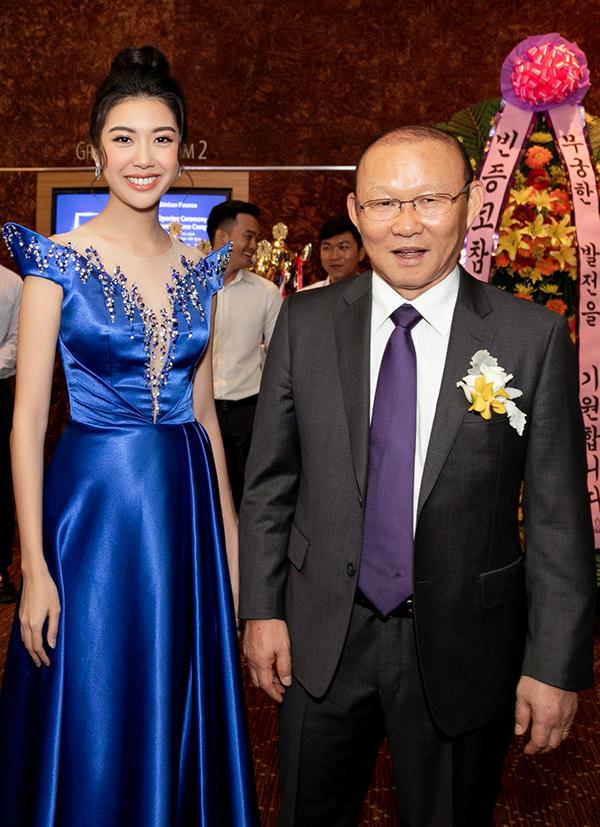 <p> Cô gửi đến ông lời cảm ơn vì những cống hiến cho nền thể thao Việt Nam thời gian qua. Người đẹp cũng chúc đội tuyển nhiều thắng lợi trong những thử thách sắp tới.</p>