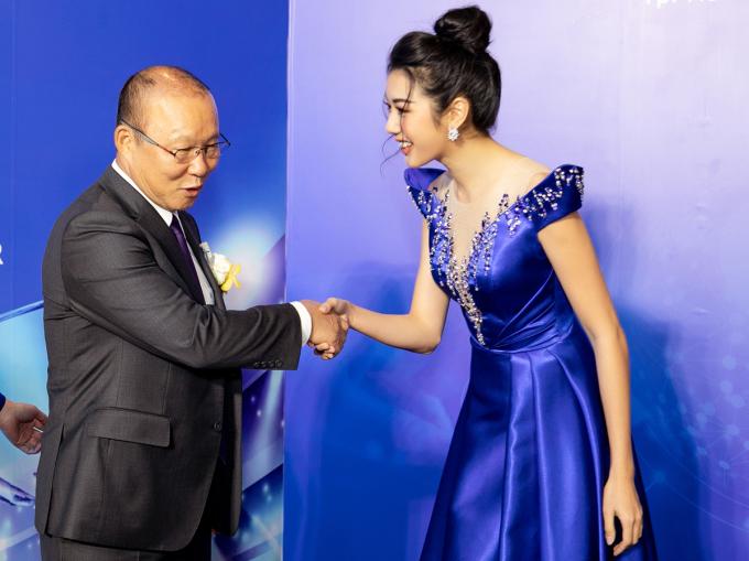 <p> Tại đây, cô có dịp được gặp gỡ với HLV đội tuyển bóng đá Quốc gia Việt Nam - ông Park Hang-seo. Đây là lần đầu tiên Thúy Vân có dịp chạm mặt với thầy Park nên cảm thấy phấn khích.</p>