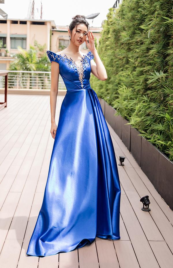 <p> Do tính chất của sự kiện, cô chọn mẫu váy bồng xòe nhưng kín đáo, hạn chế tối đa những đường cắt xẻ gợi cảm.</p>
