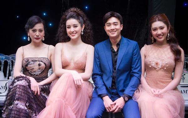 Từ trái qua, Phương Oanh - Huyền My - Quốc Trường - Thúy Ngân hội ngộ trên hàng ghế đầu của show diễn.