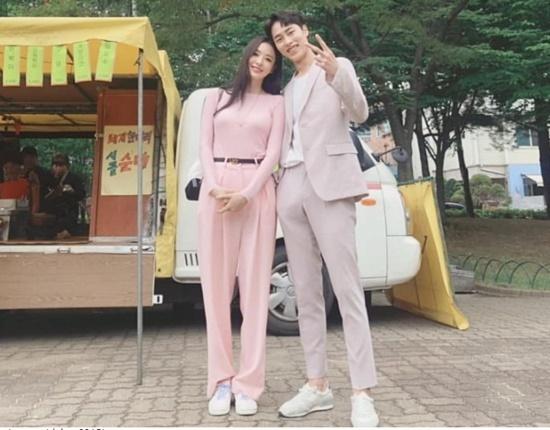 Nữ diễn viên Lee Dae Hee đọ chân dài cùng bạn diễn trên phim trường Search: WWW.