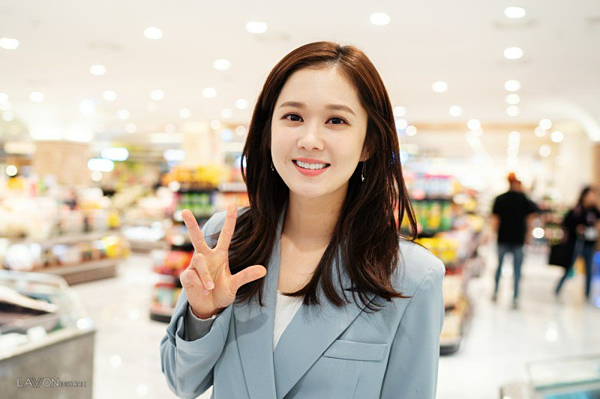 Jang Nara trẻ trung trong ảnh hậu trường phim VIP.