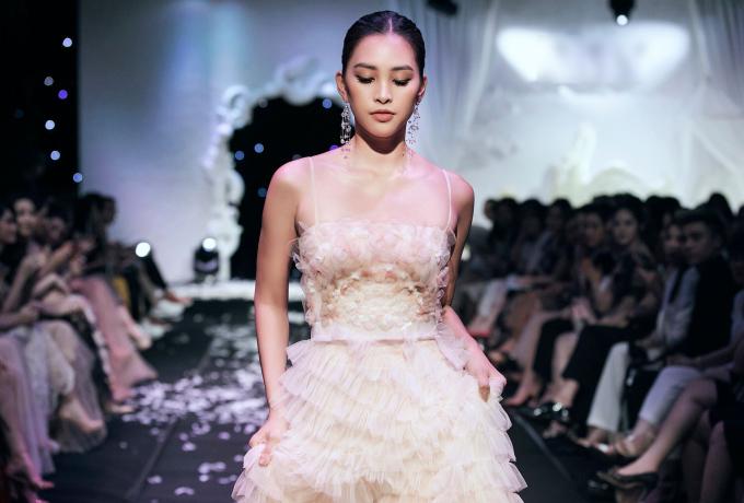 <p> Sau đăng quang Hoa hậu Việt Nam 2018, người đẹp 19 tuổi được mời làm vedette cho nhiều show thời trang nhờ sở hữu gương mặt sáng và chiều cao, vóc dáng lý tưởng.</p>