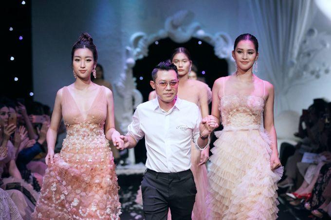 <p> NTK Nguyễn Quảng nắm tay Đỗ Mỹ Linh, Trần Tiểu Vy chào kết khán giả.</p>