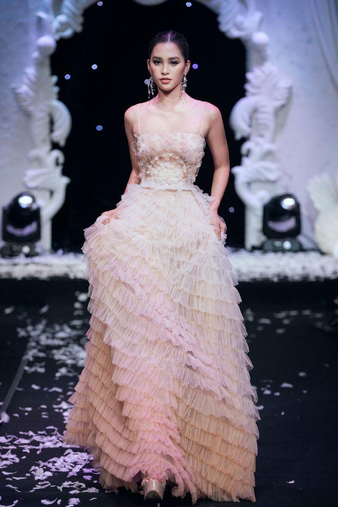 <p> Hoa hậu Tiểu Vy xuất hiện rạng rỡ ở vị trí mở màn.</p>