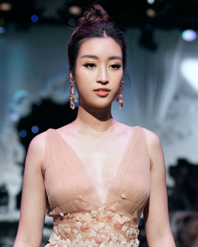 <p> Mỹ nhân 23 tuổi ngày càng được công chúng đánh giá cao về nhan sắc và phong cách, trở thành gương mặt quen thuộc tại các sự kiện thời trang lớn.</p>