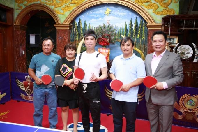 <p> Trong buổi ra mắt phòng tập tại nhà có sự góp mặt của HLV Hồ Thiện Vinh (ngoài cùng bên phải), cựu vô địch bóng bàn Lý Minh Triết (ngoài cùng bên trái)...</p>