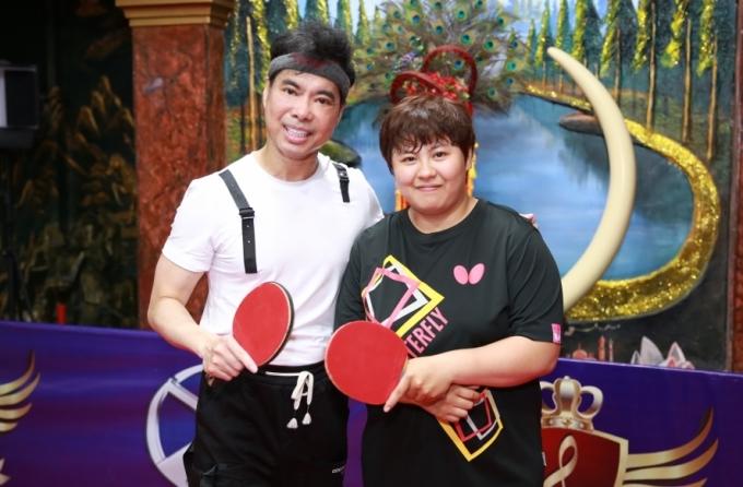 <p> Ngọc Sơn chụp ảnh cùng VĐV Mai Hoàng Mỹ Trang. Cô từng lên ngôi vô địch bóng bàn nữ Việt Nam khi mới 16 tuổi.</p>