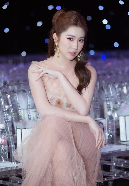 Sáng cùng ngày, cô từ TP HCM ra Hà Nội, có ít tiếng chuẩn bị trước khi dự show.