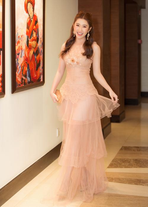 Trong sự kiện tối qua, Thúy Ngân diện chiếc váy xuyên thấu màu nhẹ nhàng kiểu công chúa.