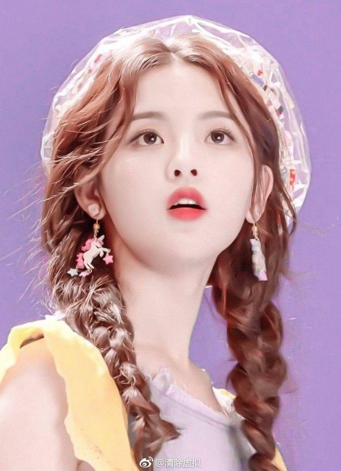 <p> Dương Siêu Việt sinh năm 1998, tuy nổi tiếng nhưng netizen Trung thường chỉ trích cô bất tài, chỉ biết khóc để tạo sự nổi tiếng. Năm 2019, cô đứng đầu danh sách 100 gương mặt đẹp nhất Trung Quốc do tờTC Candler bình chọn.</p>