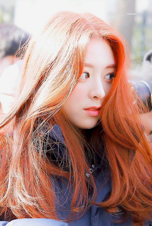 Mỹ nhân nhà JYP cao đến hơn 1,7m, có đôi chân dài đúng như mơ ước của nàng Ariel. Yuna sinh năm 2003, debut năm 2019 và được ca ngợi và một trong những nhan sắc đáng nể của Kpop.