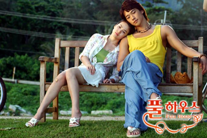 """<p> <em>Ngôi nhà hạnh phúc </em>phát sóng năm 2004 và tạo thành """"cơn sốt"""" toàn châu Á. Nội dung phim kể về cuộc gặp gỡ oái oăm giữa một cô gái mồ côi và chàng diễn viên nổi tiếng. Họ bắt buộc phải sống chung nhà dù ghét nhau ra mặt. Sau nhiều cãi vã, cả hai nhận ra tình cảm dành cho nhau. Song Hye Kyo và Bi Rain đảm nhận vai chính trong <em>Ngôi nhà hạnh phúc</em>. Đây cũng là tác phẩm giúp cả hai trở thành ngôi sao hàng đầu.</p>"""