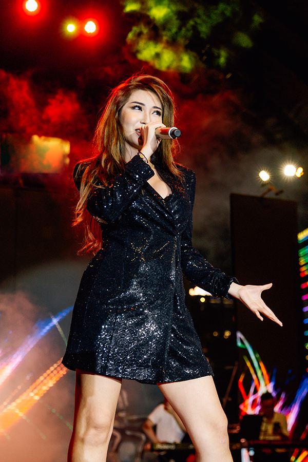 <p> Khổng Tú Quỳnh diện váy ngắn khoe chân thon cùng vũ đạo chuyên nghiệp.</p>