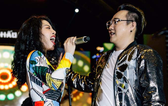 """<p> Hằng Bingbong hòa giọng cùng Trung Quân trên sân khấu. Nữ ca sĩ còn chiêu đãi khán giả bản hit """"Thu cuối"""".</p>"""