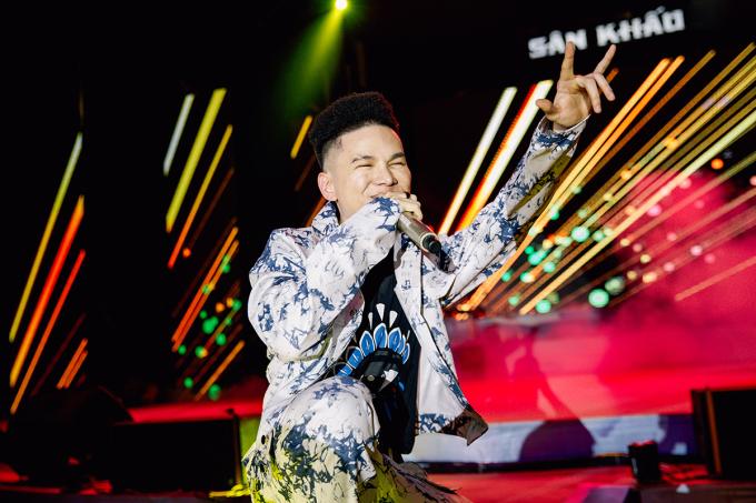 <p> Hoàng Tôn khuấy động đêm diễn với những ca khúc sôi động.</p>