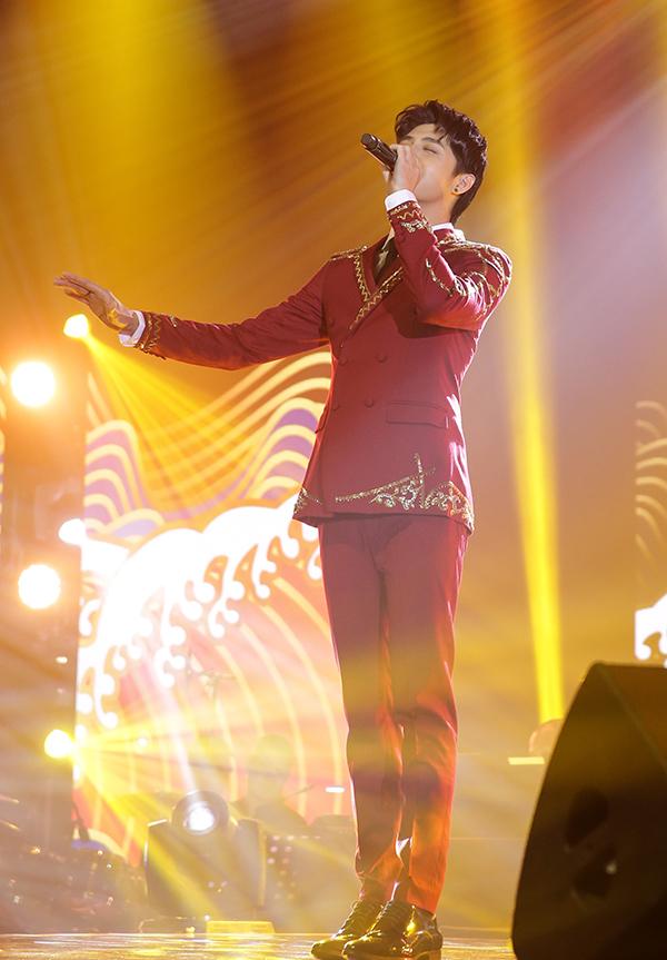 <p> Noo Phước Thịnh lịch lãm trên sân khấu. Anh mang đến không khí lúc đong đầy cảm xúc, khi sôi động với màn khoe vũ đạo chuyên nghiệp.</p>