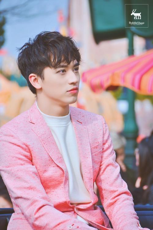 <p> Hứa Ngụy Châu đảm nhận vai nam chínhLee Young Jae (do Bi Rain đóng trong bản gốc). Nam diễn viên sinh năm 1994 nổi tiếng khi đóng bộ phim đề tài đồng tính <em>Thượng Ẩn.</em></p>