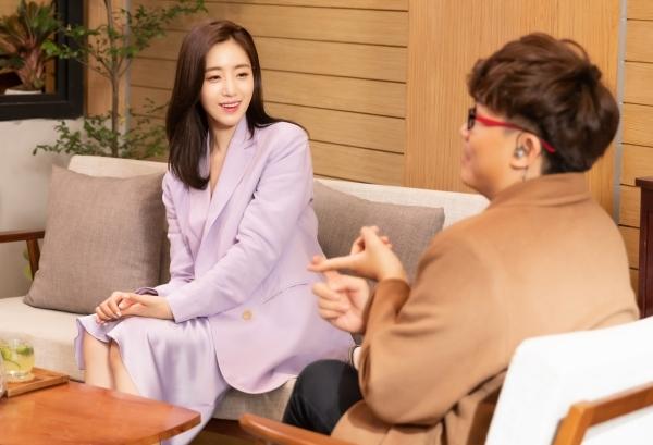 Eun Jung trò chuyện cùng MC Đại Nghĩa.