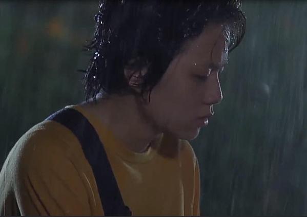Dương dầm mưa khi phát hiện chị gái hôn crush của mình.
